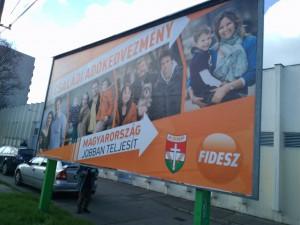 フィデスの選挙ポスター。大きな看板が随所に見られる