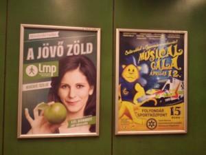 「別な政治を」も市民感覚の立候補者を立てている。「緑」を強調したポスターで、地下鉄に貼られ、横は普通の商業広告。