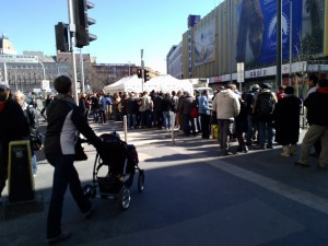 ブダペシュトの中心街ブラハ・ルイザ広場の炊き出し所にできた行列。果たして票に結びつくか。